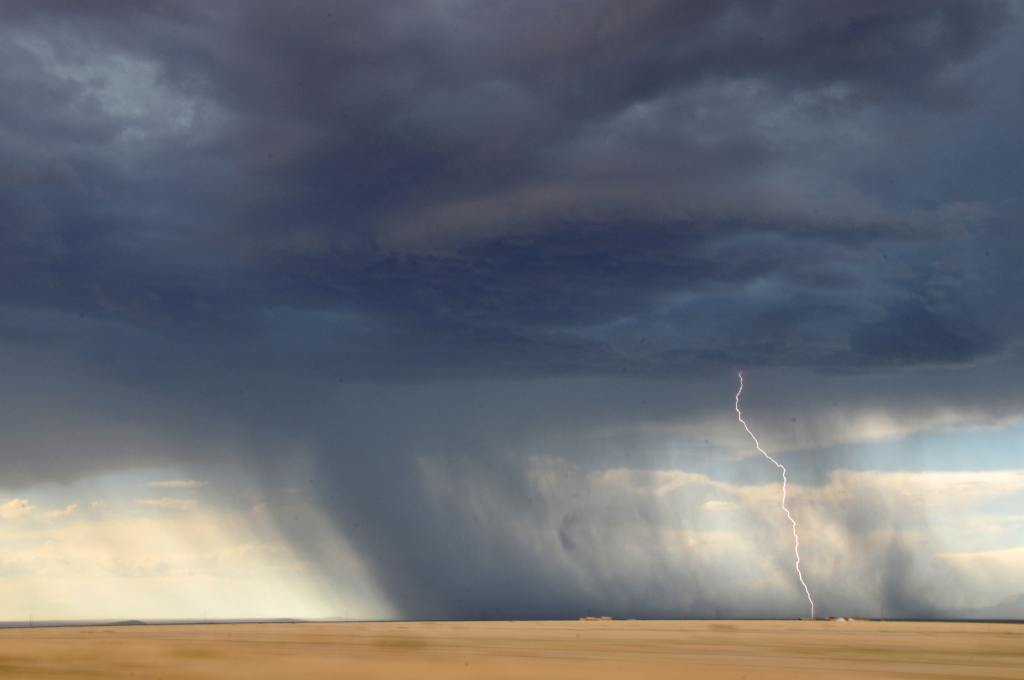 Chuva no deserto com raios.